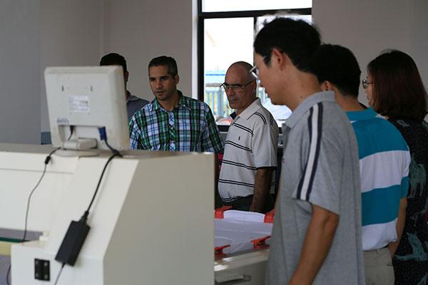 古巴的朋友观看绗缝机工作过程
