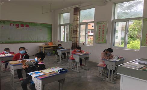 参观黎坪小学教室